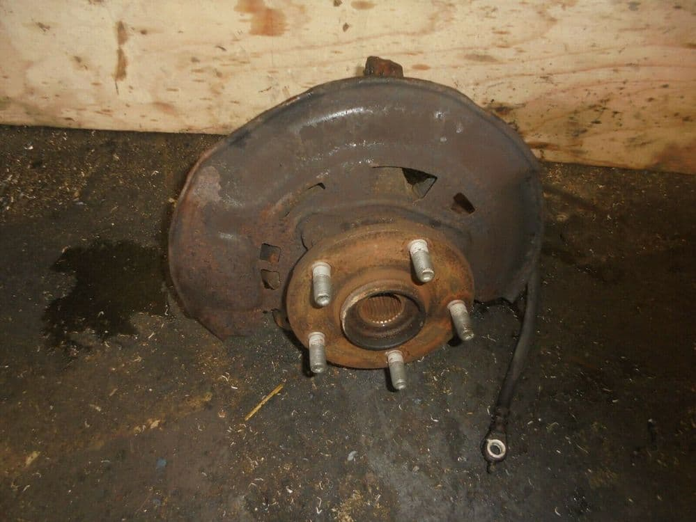 toyota avensis T270 2.0 d4d - drivers front hub  (2009-2012)